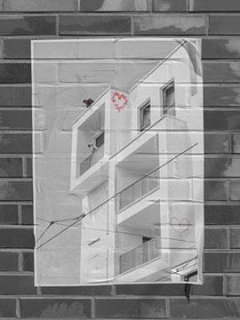 Rewe-Neubau am Ziegenmarkt mit rotem Herz-Grafiti ganz oben an der Fassade