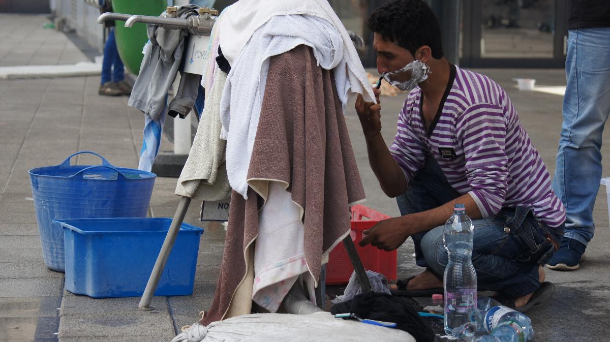 Eine Rasur – ein Moment der RUHE auf der Flucht. Die Stadt stellt die Wasserstelle und Toiletten. Mehr tut sie für die Flüchtlinge nicht