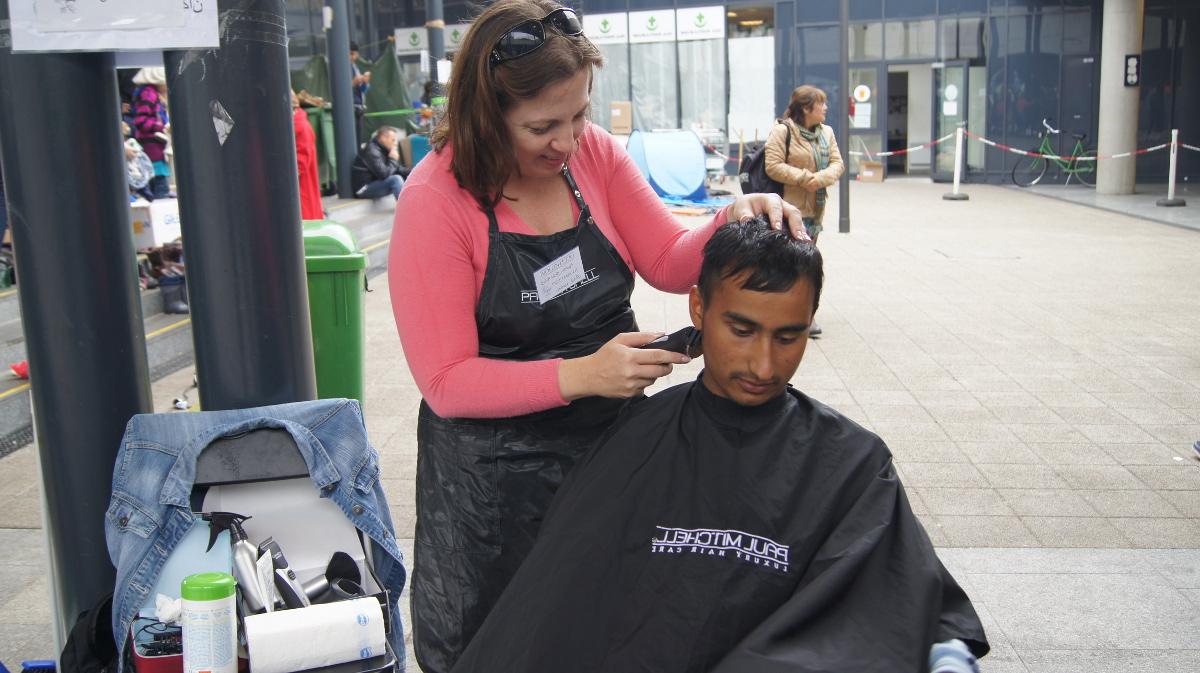 Diese Budapester Friseurin gibt ihren freien Freitag, um Flüchtlingen die Haare zu schneiden