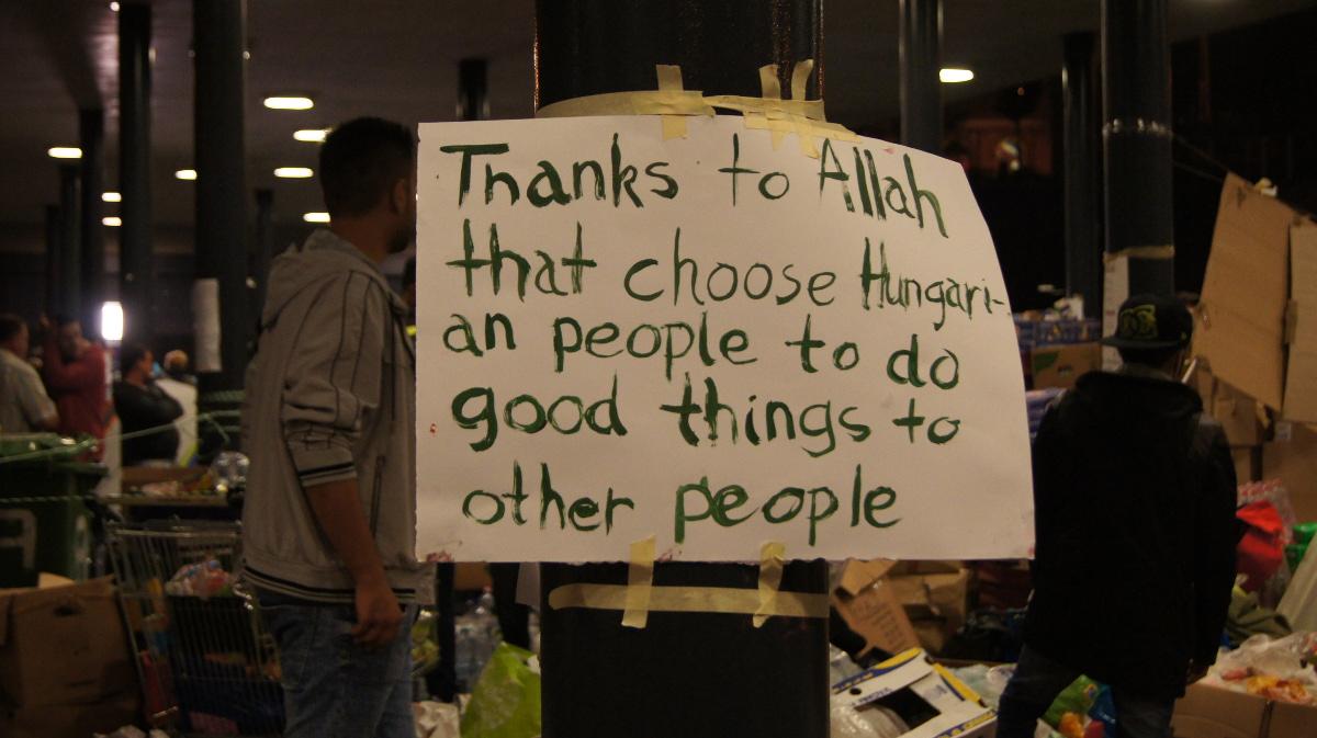 Hier bedanken sich muslimische Flüchtlinge bei den Ungarn, die ihnen zur Seite stehen