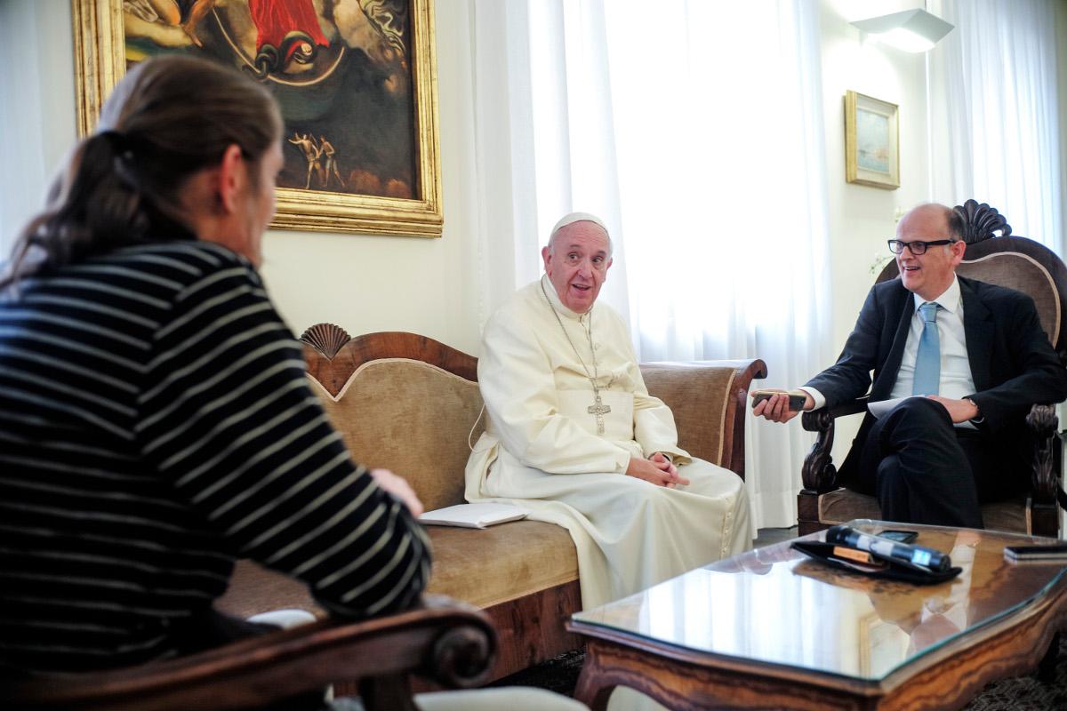 Papst Franziskus im Interview mit Straßenzeitungen