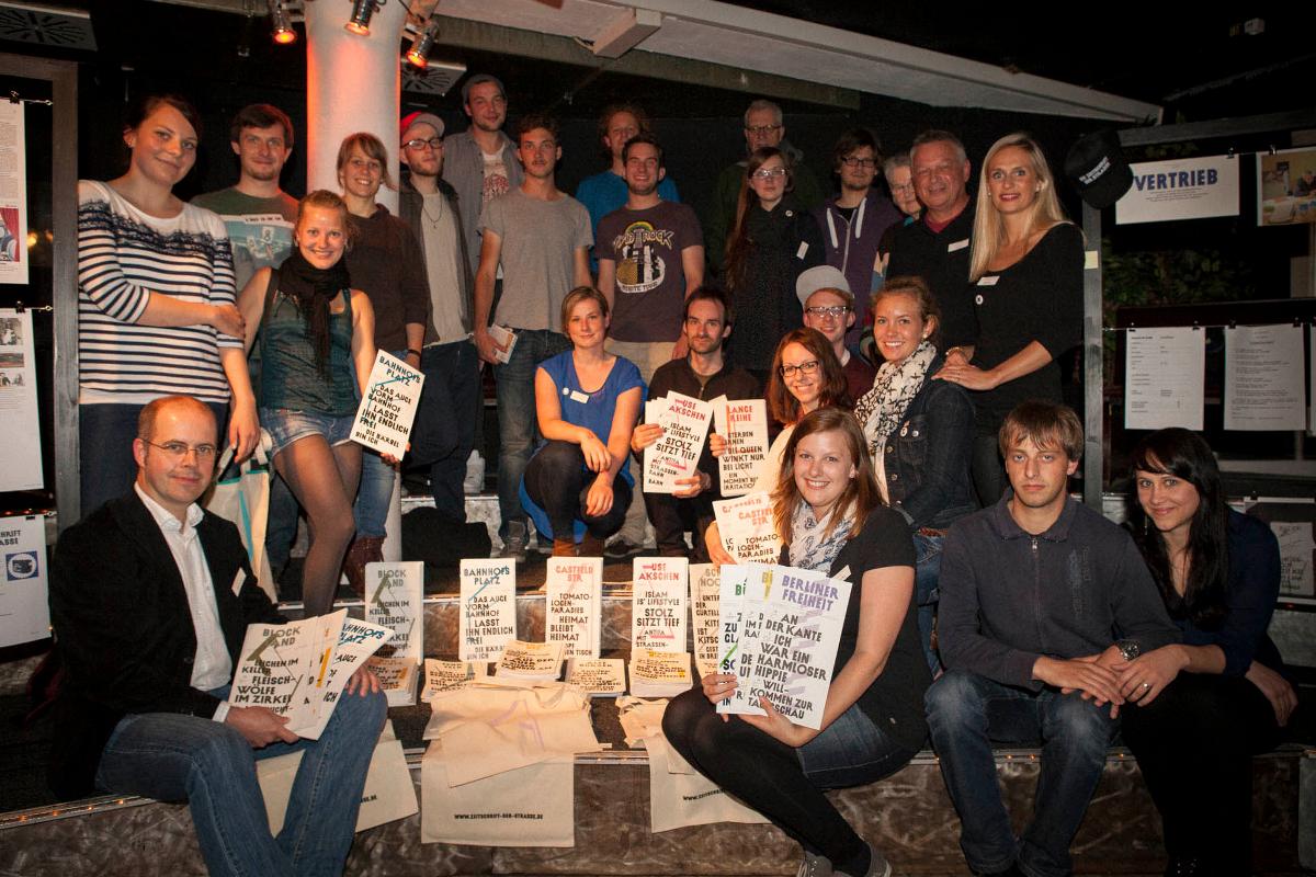 Gruppenbild mit Zeitschrift der Straße: Hochschulteam im Sommer 2013 (Foto: Björn Wiedenroth)