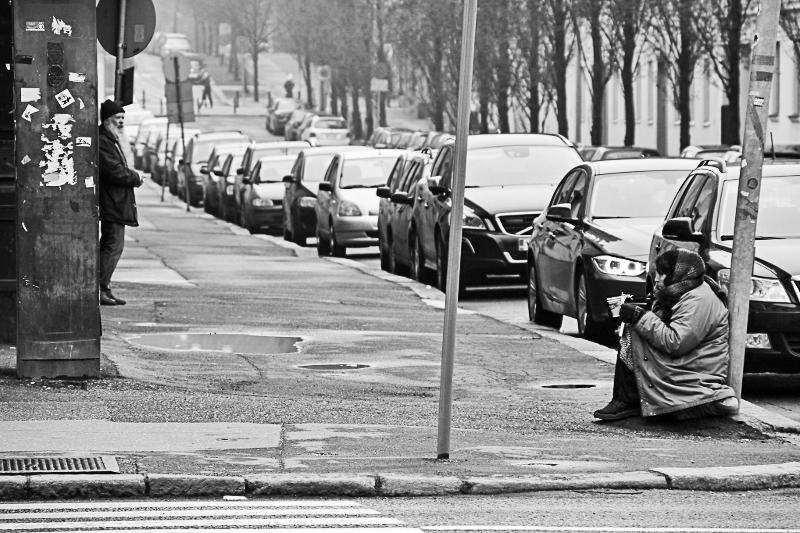 Roma Frau beim Betteln