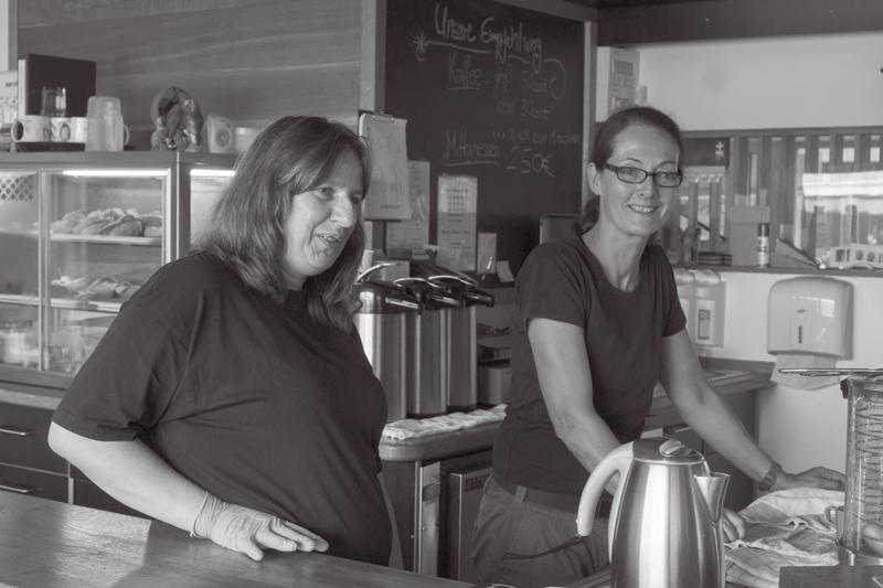 Kaffee schenken sie im Café Papagei gern und viel aus, Alkohol nie.