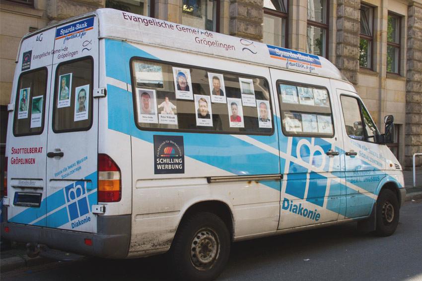 Streetworker-Bus, beklebt mit Fotos jüngst verstorbener Wohnungsloser