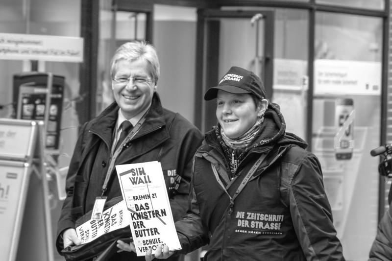 Ex-Bürgermeister Jens Böhrnsen und Verkäuferin Kati mit der Ausgabe #1 SIELWALL im Februar 2011